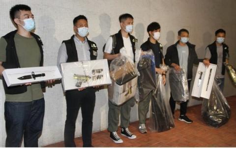 警方展示缴获的兵器等(东网)