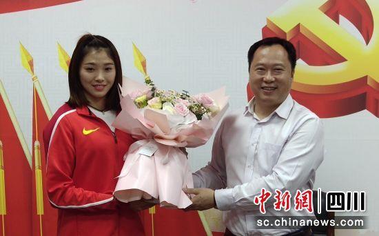 """""""富顺姑娘""""吴艳妮获全国田径锦标赛冠军载誉而归"""