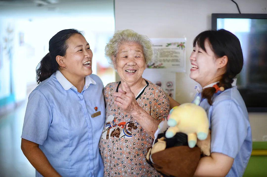 """刷抖音、玩Cosplay、坐旋转木马吃棉花糖…上海这座养老院里的""""90后""""老人们彻底火了"""