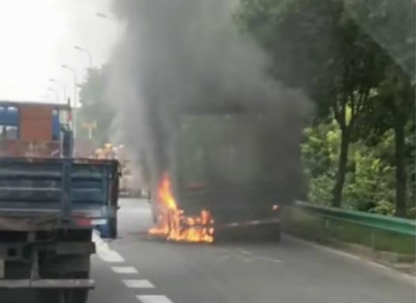 S20真南路匝道处土方车起火 驾驶员及时逃生