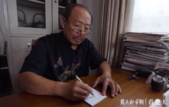 """65岁的非遗传承人每天手写20封信,""""你愿意做我的徒弟吗?"""""""