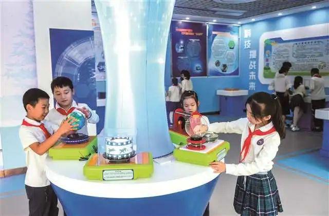 重庆高新区南开景阳小学门生在学校科技馆着手实践。重庆高新区大众办事局供图