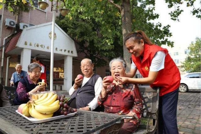 市北巴士第三分公司志愿者走进敬老院为老人过中秋