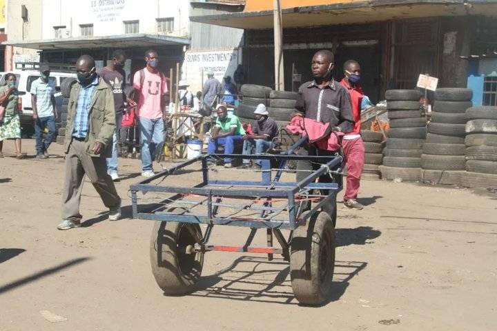 """津巴布韦的人力""""货拉拉"""":疫情压不垮他们挣命的肩膀"""