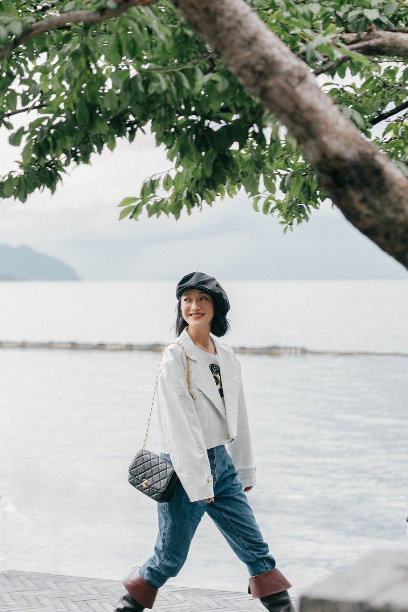 周迅海边散步 演绎香奈儿2020/21 秋冬高级成衣系列