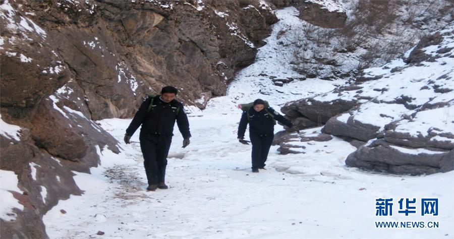 民警高尖措和他的爱人、辅警马秀兰行走在山壑之间。(受访者提供照片)