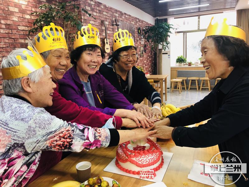 酒泉路街道举办集体生日会,为辖区高龄老人庆生