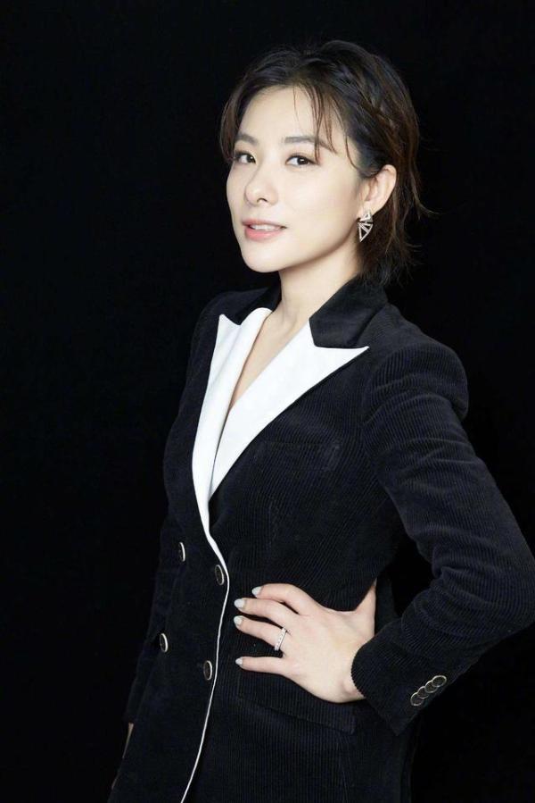刘璇的气质真挺高级的,把西服套装穿身上,整个人变得更有档次了