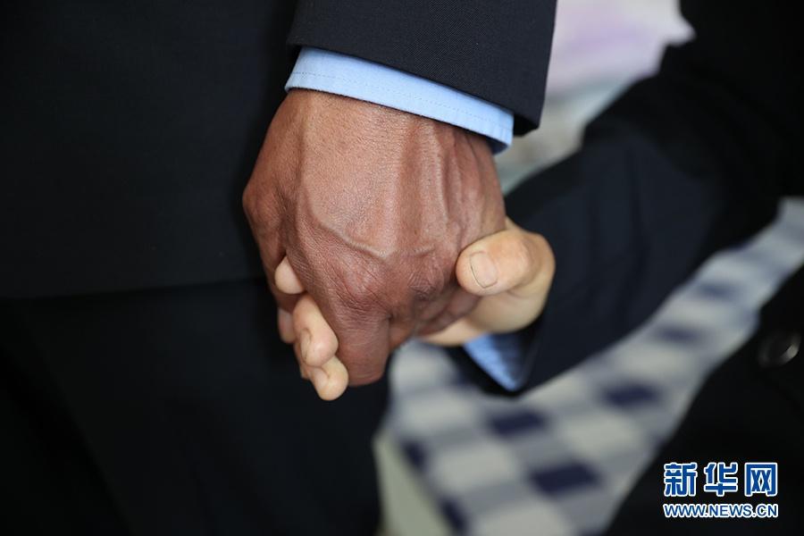 高尖措握着老婆马秀兰的手。新华网记者焦鹏摄