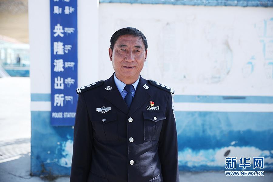 这是祁连县央隆镇派出所教训员高尖措。新华网记者焦鹏摄