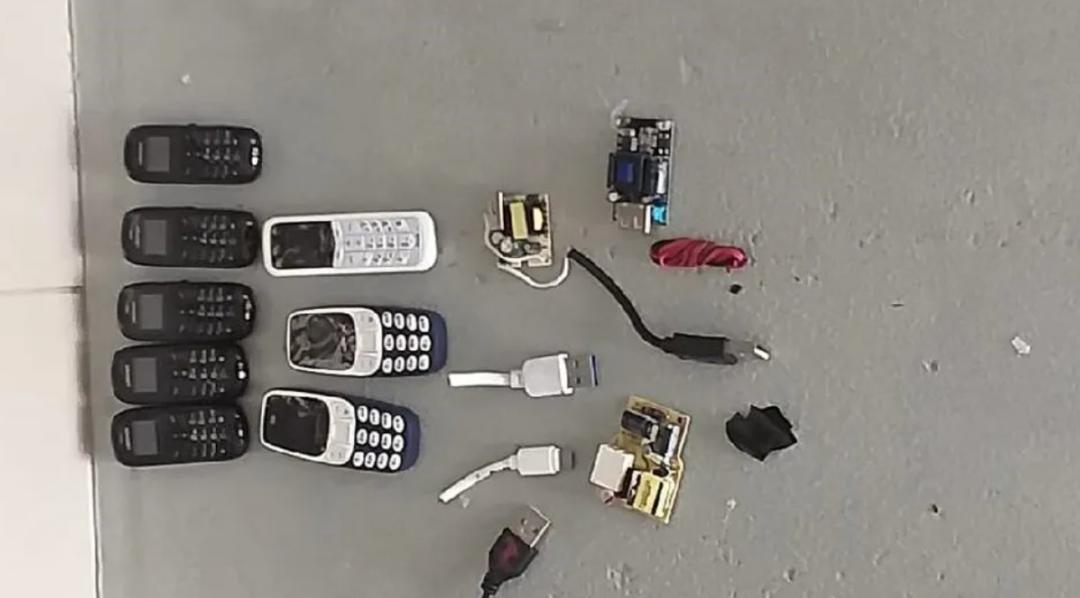 男囚肛门排出8部手机、4个插头、7个芯片,还有...图片