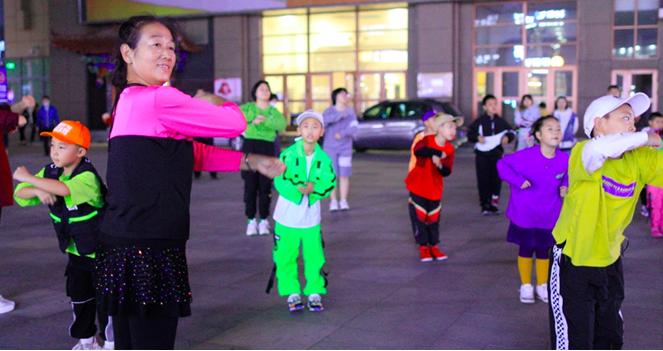 《这!就是街舞》征服东北广场大妈,老少共舞成当地一景图片