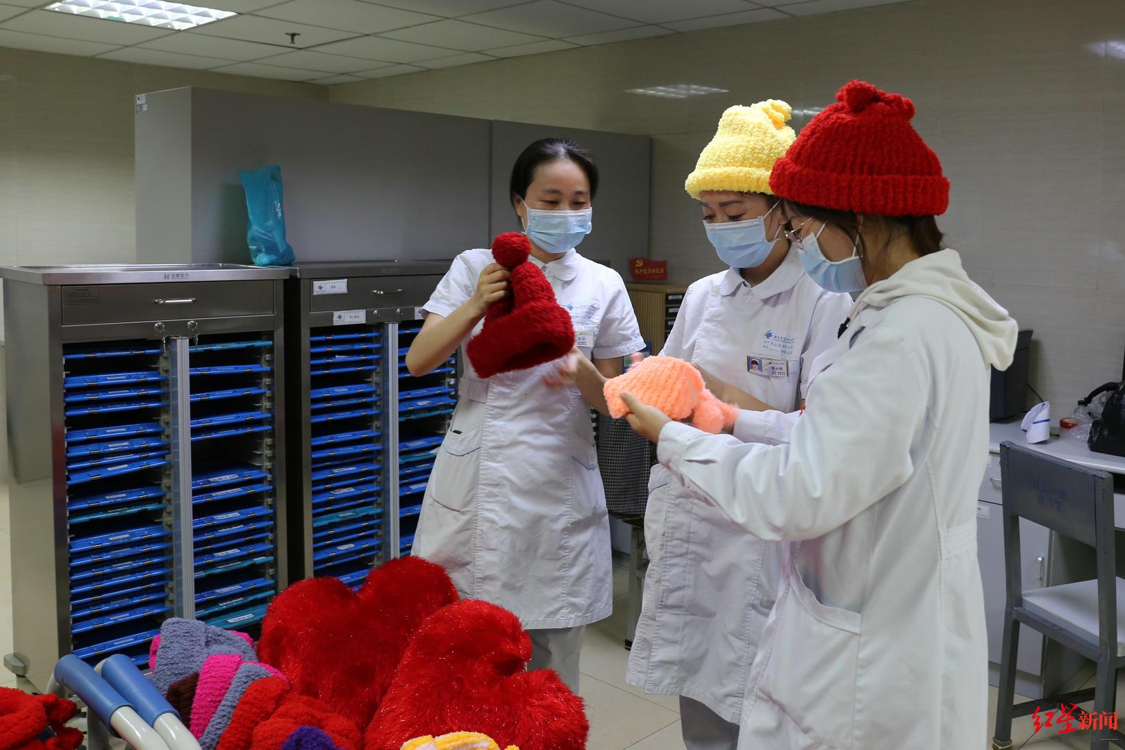 好暖!81岁婆婆花大半年时间织50顶帽、写50封信送给科室医务人员