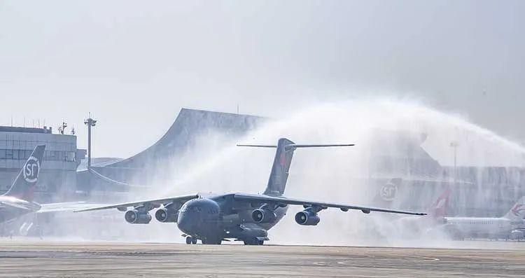 孙春兰在沈阳桃仙国际机场出席在韩中国人民志愿军烈士遗骸回国迎接仪式图片