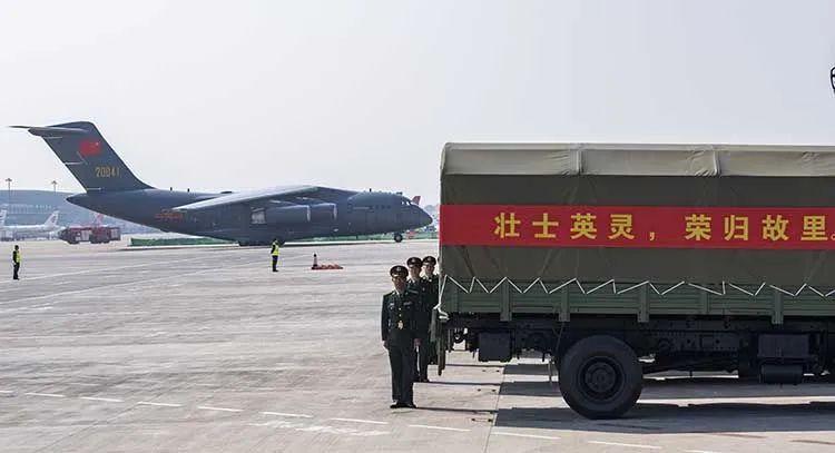 沈阳桃仙机场,输送第七批在韩中国人民志愿军烈士遗骸的车队就位 。沈阳桃仙国际机场