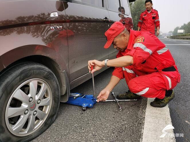 临沂:高速上车辆突发故障抛锚 巡查员出手相助