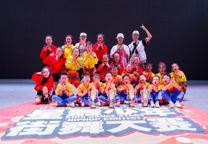 《这!就是街舞》征服东北广场大妈 盘锦90后辞职教街舞