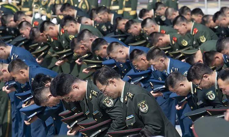 加入欢迎典礼的中国人民解放军和武警官兵向志愿军烈士鞠躬默哀 。沈阳桃仙国际机场