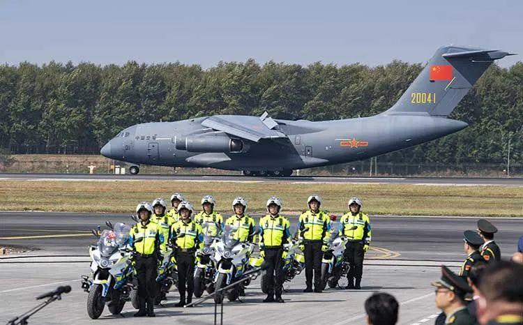 护送志愿军烈士遗骸的车队就位 。沈阳桃仙国际机场