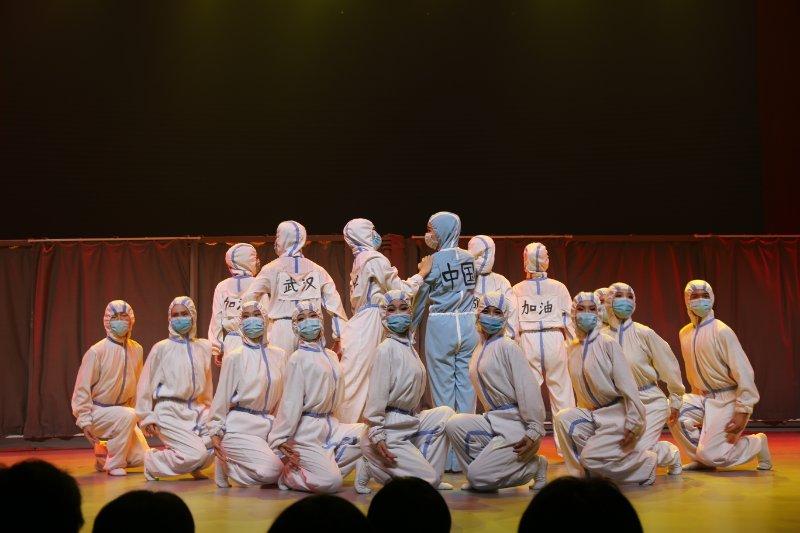 """喜欢!中国第一首以""""流行病""""为主题的舞蹈诗《逆行》在历城二中上演"""
