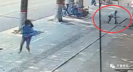 醉汉街头突然拿刀攻击女孩,他拿着棍子冲出来了!图片