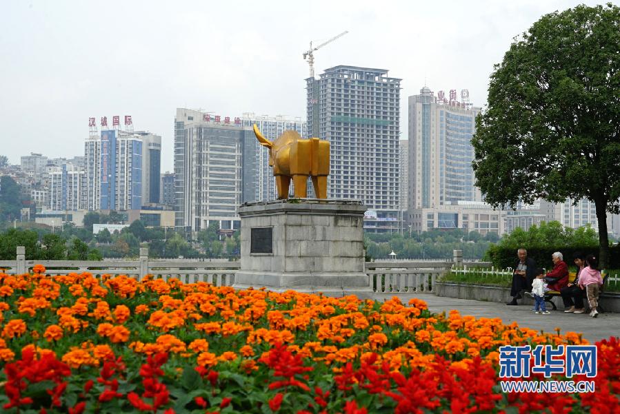 """陕西安康:""""国庆妆""""点亮城市"""