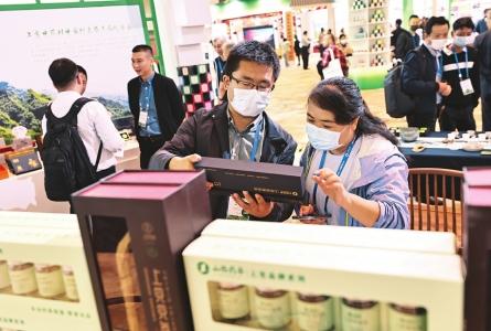 采购商详细了解药茶的功效。 本报记者史晓波摄
