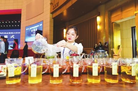 茶艺师正在展示泡茶工艺。本报记者阮洋摄