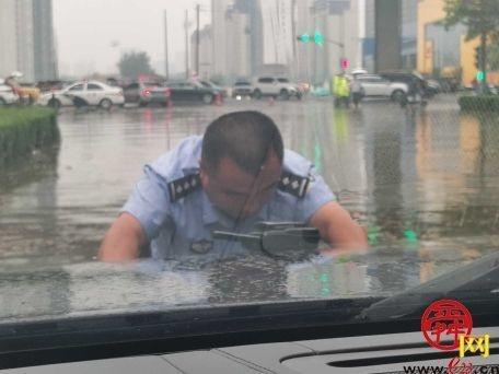 暴雨困交警暖人心 交警涉水将投放被困市