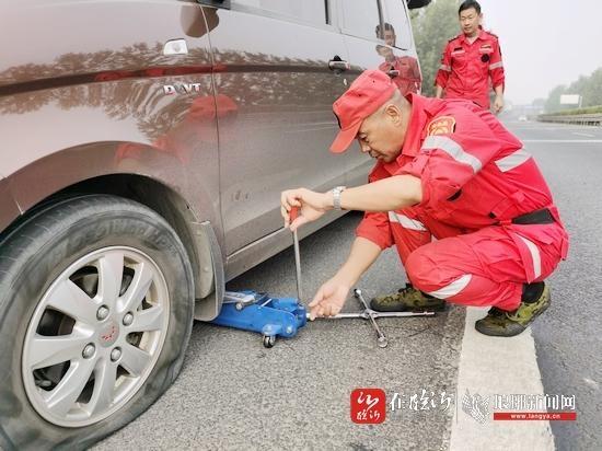 高速路上汽车突发故障抛锚 高速公路巡查员出手相助