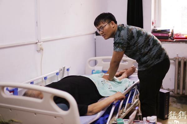 18岁河南少年照顾瘫痪父亲13年,如今带着父亲上大学
