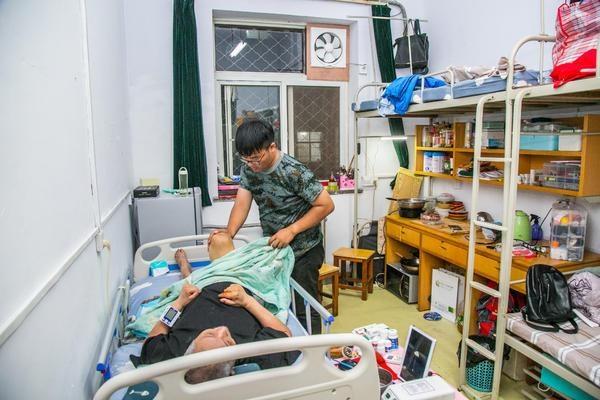 感动!河南18岁男孩带着高位截瘫的爸爸上大学:爸爸在哪,哪就是家