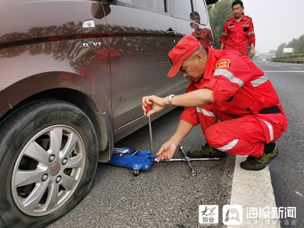 车辆突发故障抛锚 高速公路巡查员出手相助