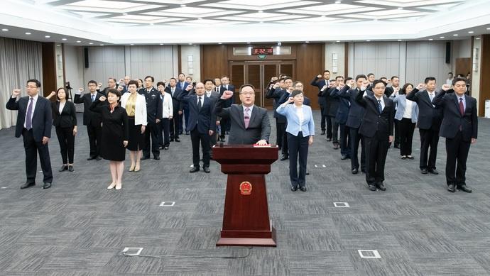 上海市政府举行宪法宣誓仪式 龚正:始终把人民放在心中最高位置图片