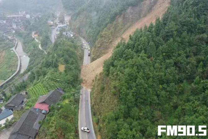 湘西古丈县牛叫山发生滑坡 造成G352线交