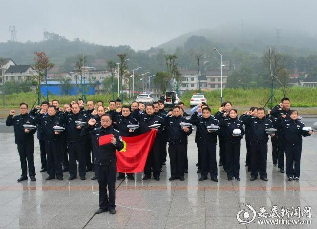 冷水江市交警大队组织党员、干警重温入党誓词