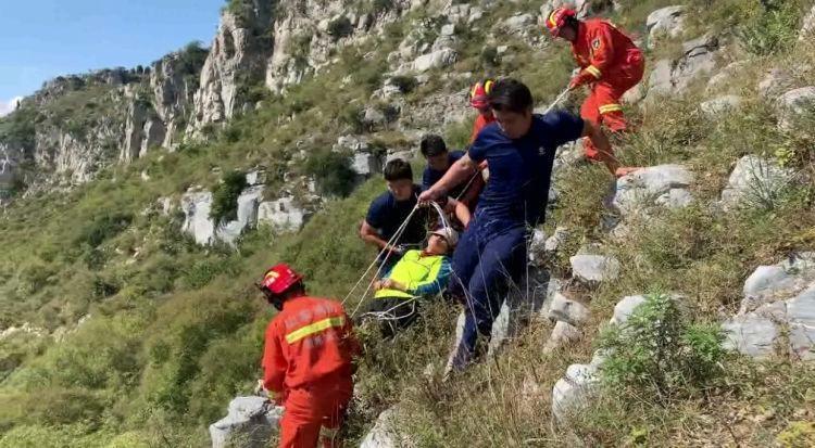 驴友登山坠崖被困 消防员接力抬其下山