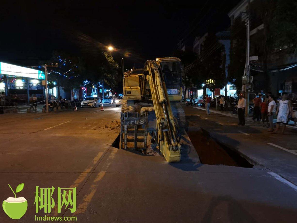 """砰!路面突然塌陷,儋州一重型平板货车被""""卡""""住动弹不得"""