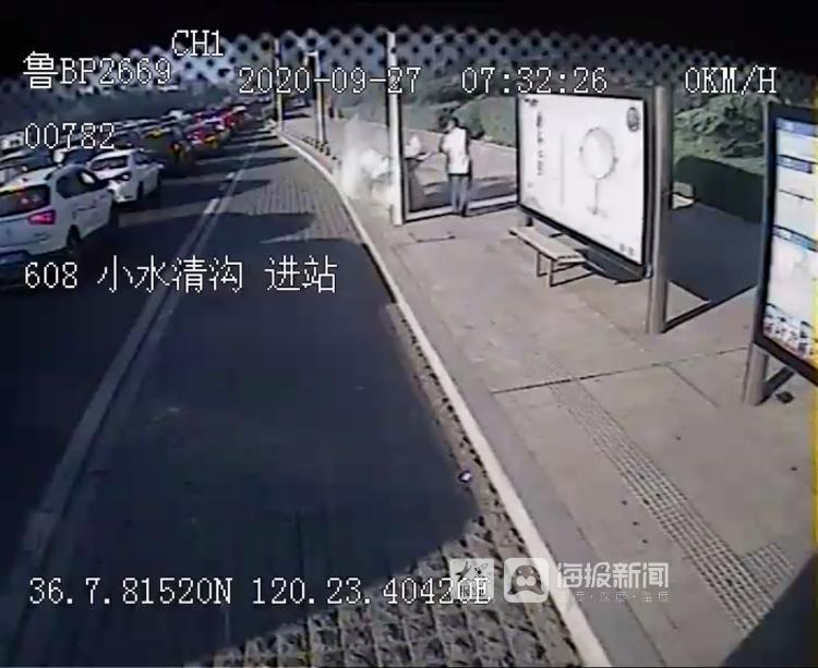 垃圾桶窜起1米多高火苗!温馨巴士驾驶员30秒紧急灭火(视频)