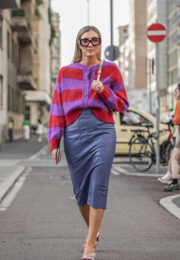 """早秋火了一种穿法,叫""""奶奶针织衫+裙装"""",照着穿,显瘦又时髦"""