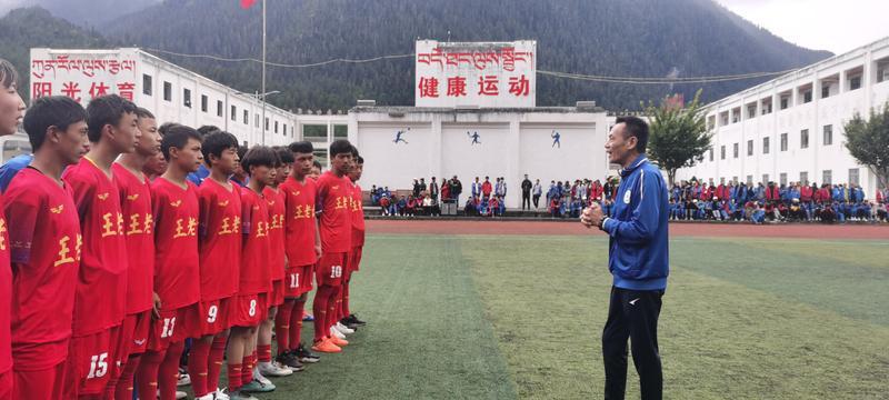 西藏青少年足球赛举行,名宿吴群立现身指导