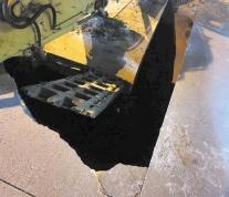 路面突然塌陷 重型货车掉坑