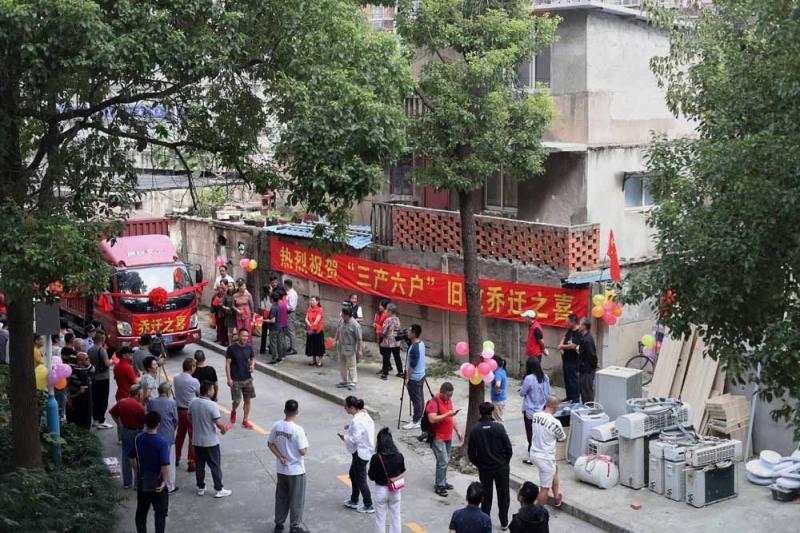 """上海普陀""""钉子户""""搬家,媒体记者都来了……"""