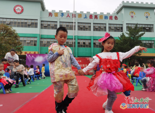 湘东区腊市镇中心幼儿园举办环保创意时装秀活动