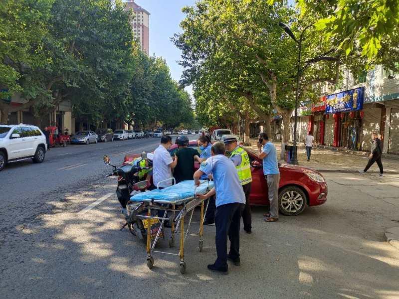 """陕西耀州交警:""""警医联动""""开启绿色通道 携手快速救治伤者"""