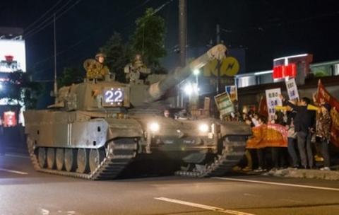 日本3辆坦克军演中开上公路 民众沿途抗议(图)