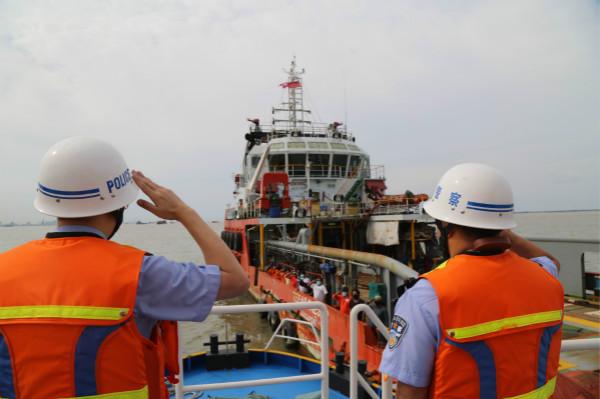 """边海""""警警""""船艇编队在吴淞口水域开展联合巡航,检验水域""""警警""""合作水平"""