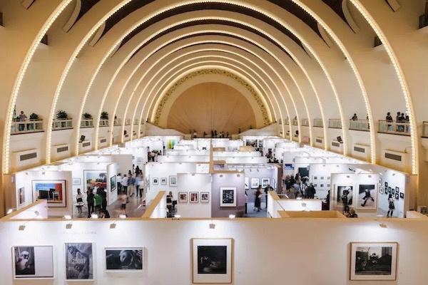 """""""回家""""的摄影师与藏家——对话影像艺术博览会总监格里菲斯"""