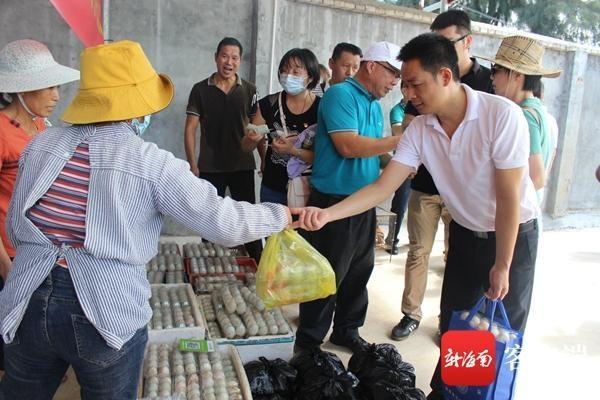 消费扶贫 净化海滩 海南省残联到定点扶贫村开展党日活动