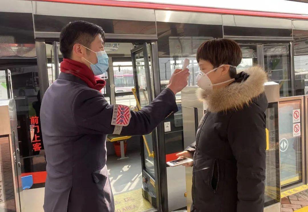 上海市道路运输管理局:即日起,乘坐公交车时请一律佩戴口罩图片
